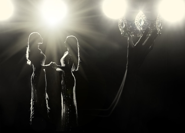 すべての女の子がミス美人コンテストの女王ユニバースコンテストになることを夢見るコンセプト。女性の軍艦がステージの最終優勝者としてダイヤモンドシルバークラウンを掲げ、バックライト付きライトフレアシルエットのスタジオ照明