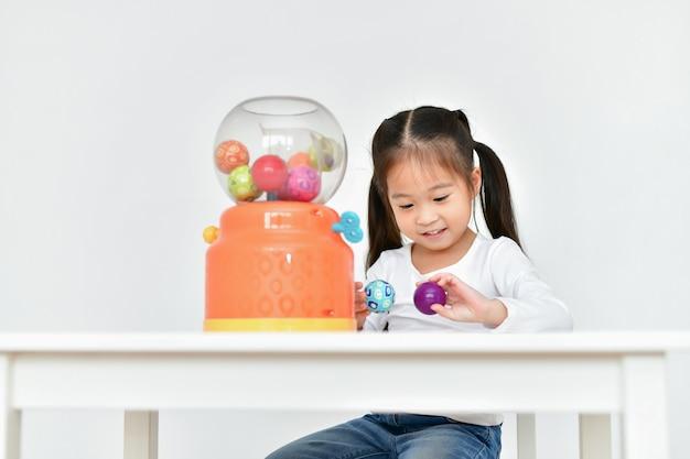 Концептуальная семья. маленькая девочка, играющая игрушки с удовольствием у себя дома.