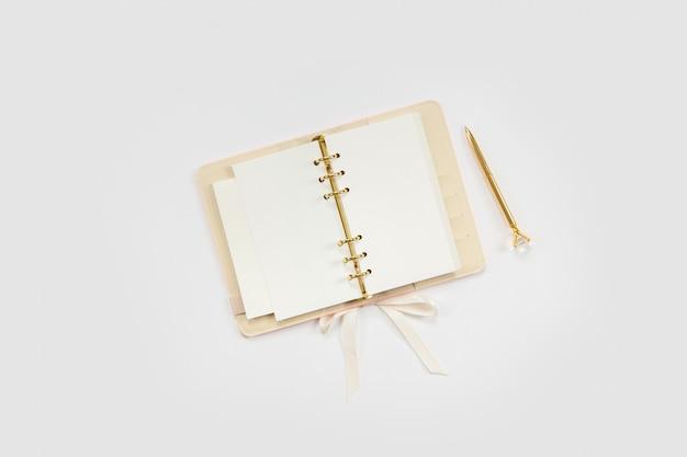 コンセプト女性の仕事やブログ。金と白の文房具。仕事と創造性のための女性的な空間。