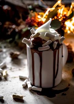 Il concetto di una tazza festosa di cacao