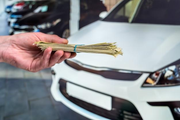 Концепция покупки или аренды нового автомобиля. финансовая концепция