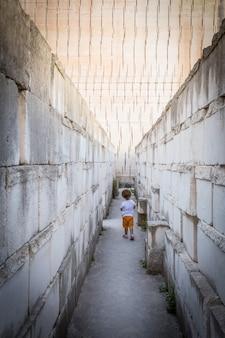 어린 시절에 대한 개념: 외로움, 우울증, 불행, 고독, 문제.