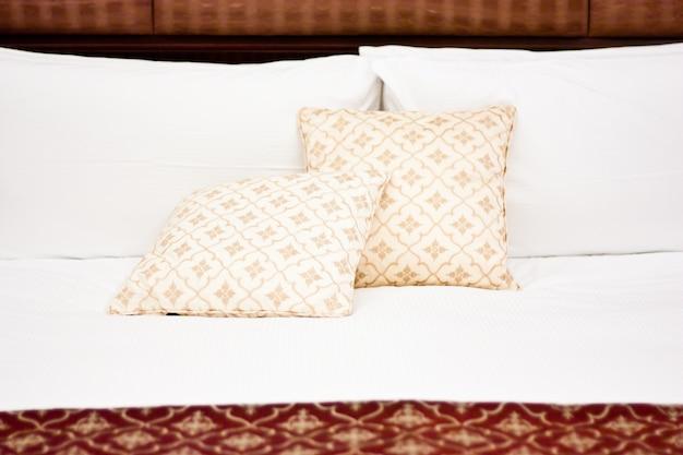 럭셔리와 허니문에 대한 개념, 고급 호텔의 베개