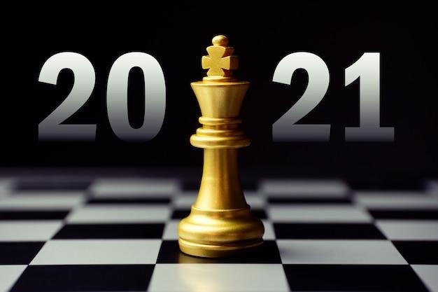 2021 년 새해의 전략적 개발을위한 개념. 킹 체스 조각.