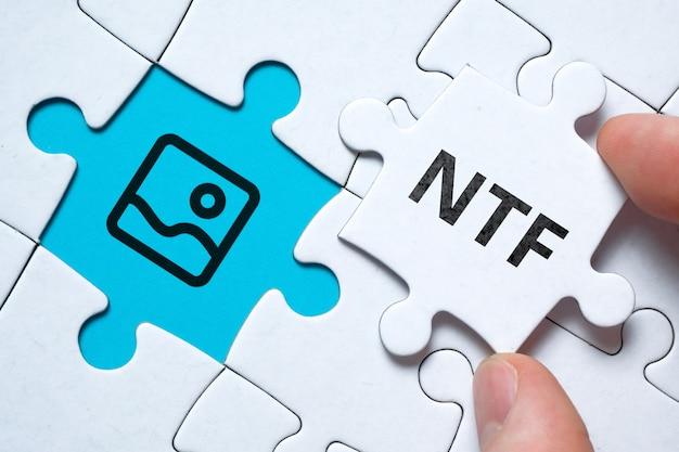Nftを介して芸術作品を販売するためのコンセプト。パズルへの暗号化された非代替トークンのタイプ。