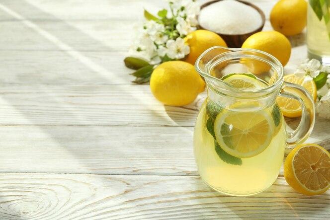concetto di bevanda estiva fresca con limonata sul tavolo di legno bianco