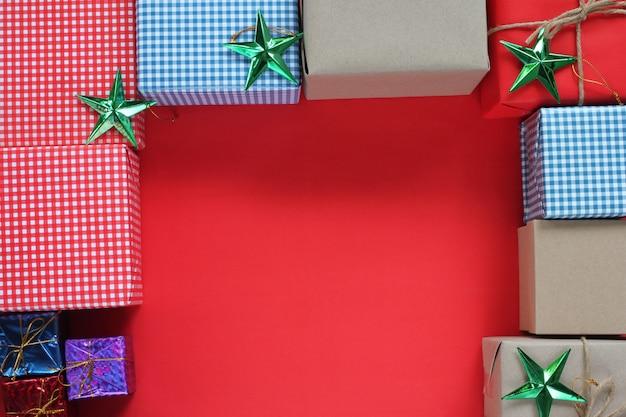 개념 선물 상자와 크리스마스 장식입니다. 상위 뷰 및 복사 공간이 있습니다.