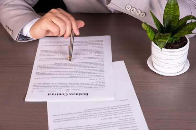 コンセプト、男はローン契約を勉強しています
