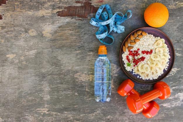 健康食品やスポーツライフスタイルのコンセプトです。適切な栄養上面図。平らに置きます。