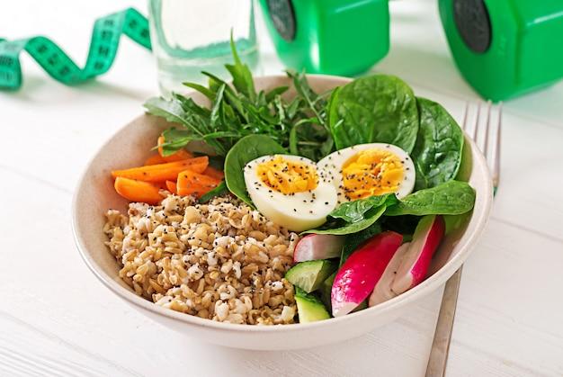 개념 건강 식품 및 스포츠 라이프 스타일. 채식 점심. 건강한 아침 식사. 적절한 영양 섭취.