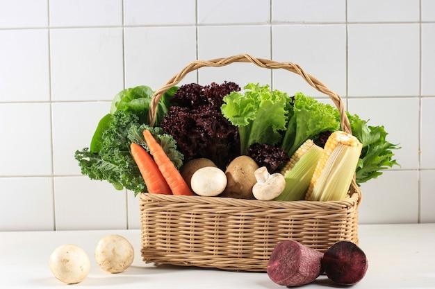 Концепция здорового питания, различных свежих овощей лист на корзине. копировать пространство. кале, салат, фиолетовый салат, эндивий, морковь, грибы, кукуруза, сладкий картофель, картофель