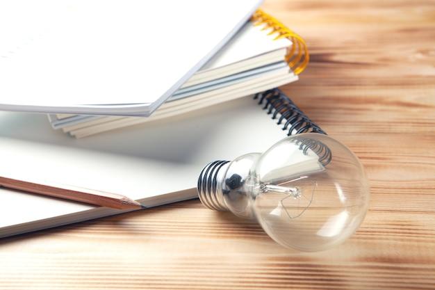 Идея концепции. лампа на деревянном столе