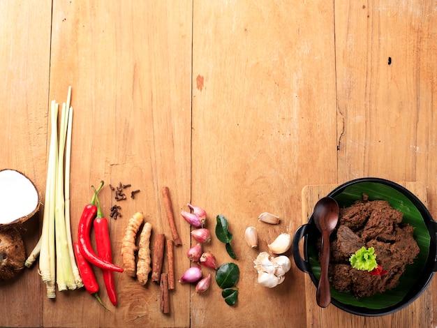 ルンダンまたはルンダンのコンセプト成分は世界で最もおいしい食べ物です Premium写真