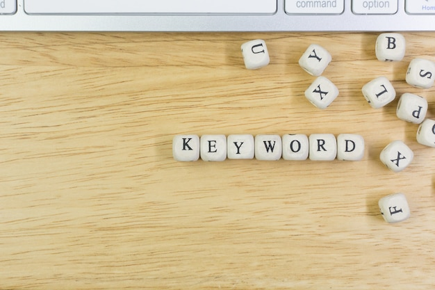 Ключевое слово концепции на деревянном кубе для предпосылки.