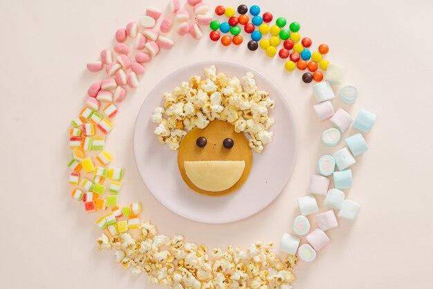 흰색 배경에 팬케이크 평면도와 개념 아이 아침 식사