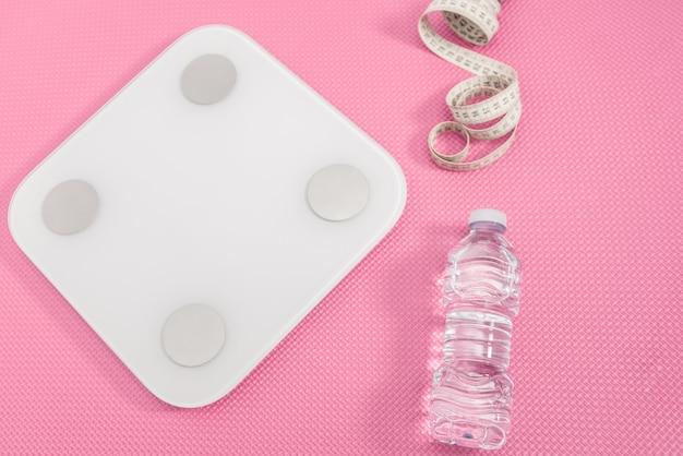 コンセプトは体重と健康的な生活を失います。ホワイトスケール、巻尺、水筒。