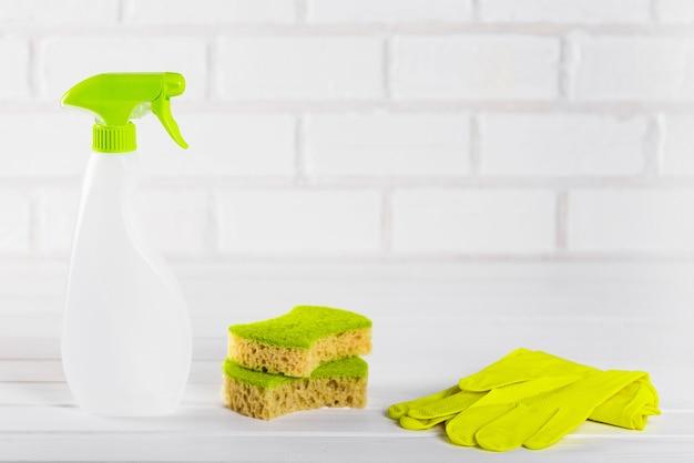Концепция минималистской уборки и чистоты, на светлом фоне