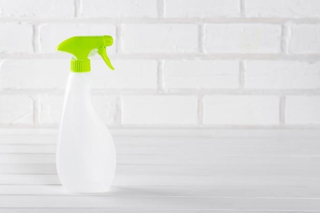 Концепция современной минималистской уборки и чистоты, на светлом фоне