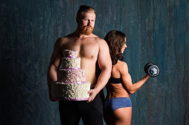 Понятие диеты, спорта и здорового образа жизни. пара культуристов.