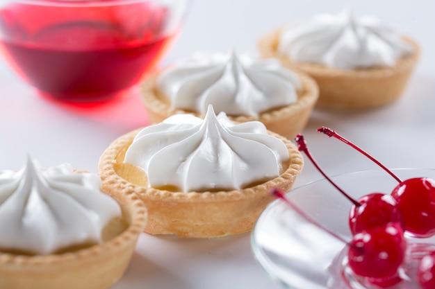 ミニ製菓または大型製菓工場のコンセプト。クリームを使ったケーキや甘いペストリーの製造。