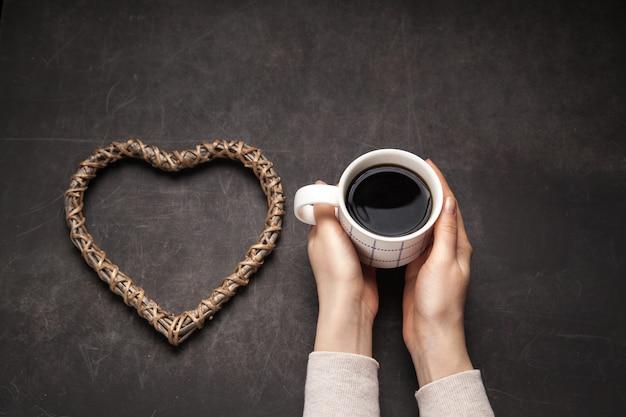暗い背景のマグカップにアメリカーノ朝のコーヒー中毒の概念