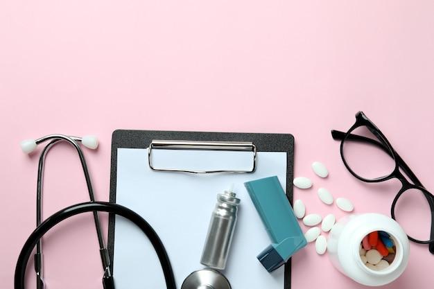Концепция астмы на розовом фоне, вид сверху