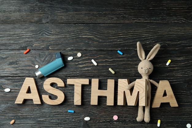 Концепция астмы на деревенском деревянном фоне, вид сверху