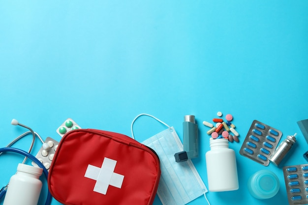 Концепция лечения астмы на синем фоне, вид сверху