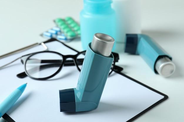 Концепция лечения астмы на белом фоне, крупным планом