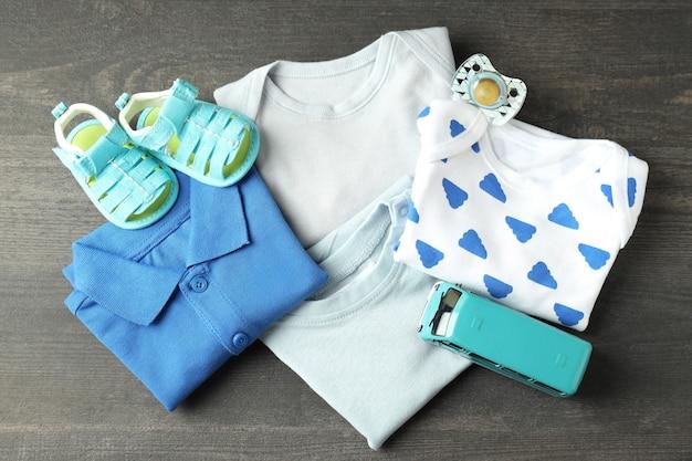 Концепция детской одежды на темном текстурированном фоне.