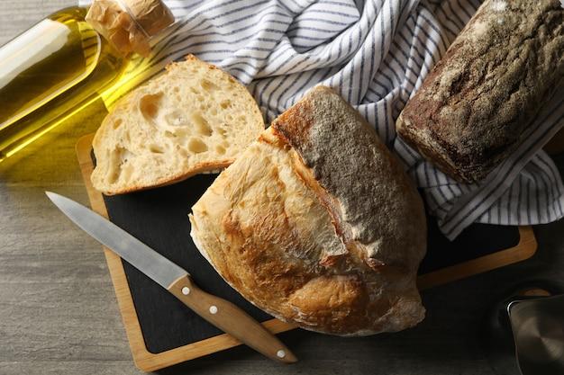 灰色のテーブルに焼きたてのパンとベーカリー製品の概念