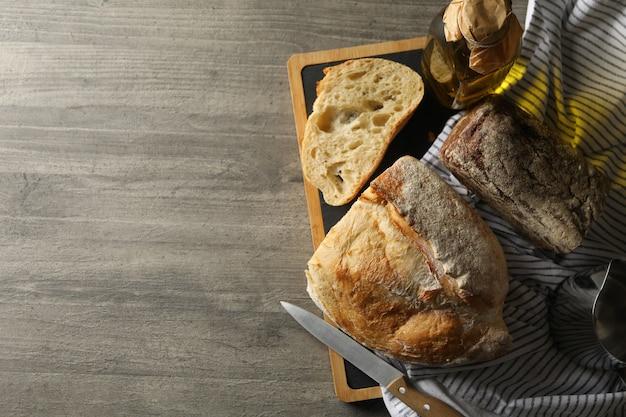 Концепция хлебобулочных изделий со свежим хлебом на сером столе