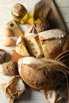 Концепция хлебобулочных изделий со свежим хлебом на белом деревянном