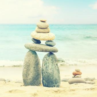 バランスと調和の概念。自然の中の海の海岸の岩。