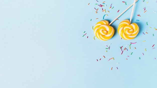 블루 파스텔 배경, 상위 뷰, 복사 공간, 배너에 롤리팝 생일 및 파티의 개념