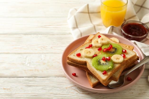 果物と甘いトーストと朝食のコンセプト