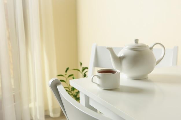 白いテーブルの上のお茶と朝食の概念