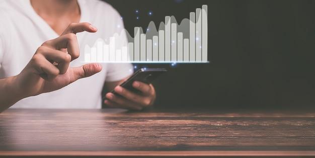Концепция бизнес-инвестора, работающего в онлайн-мире, показывая графику голограммы