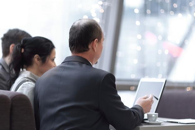 비즈니스 회의의 개념입니다. 직원 팀은 업무에 노트북을 사용합니다.