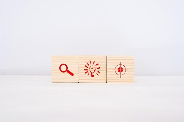 事業戦略と行動計画の概念。アイコンと積み重ねる木製の立方体ブロック