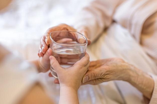 Концепция ухода за взрослыми поддерживает любовь помощь взаимопомощь