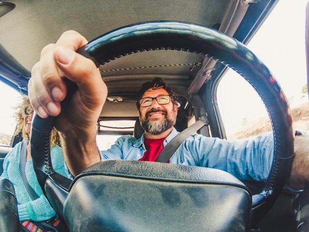 白人カップルの車で旅行の概念