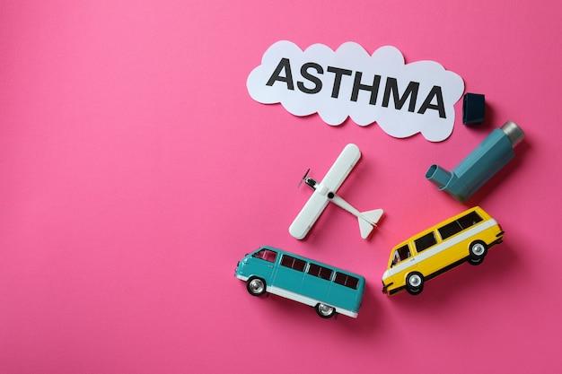 Концепция детской астмы на розовом фоне, место для текста