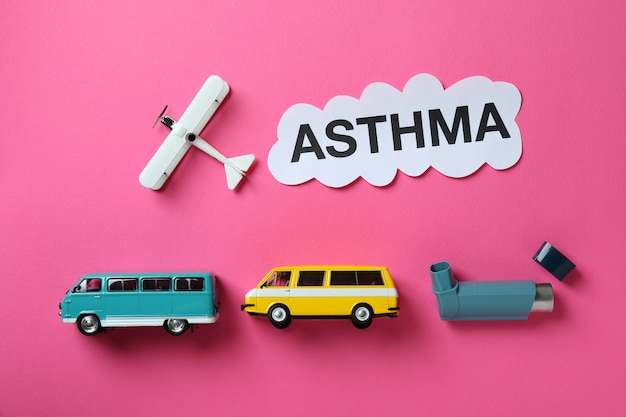 Концепция детской астмы на розовом фоне, вид сверху