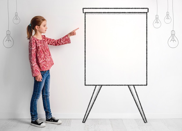 Концепция ребенка женщина с творческим умом и изолированными фантазиями