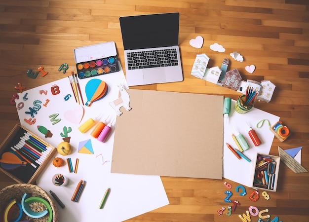 子供の距離オンライン学習または工芸品の作成の概念