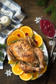 クリスマスや新年のディナーのコンセプトご飯を詰めた七面鳥の丸焼き上面図