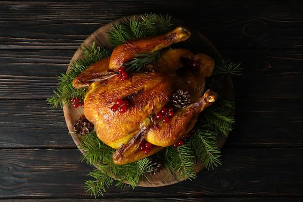 나무 테이블에 크리스마스 로스트 칠면조의 개념