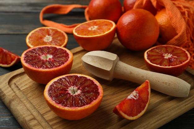 Концепция цитрусовых с красными апельсинами на деревянном столе