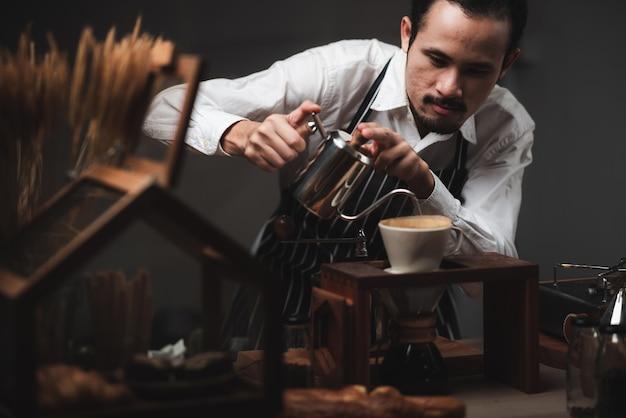コーヒーメーカー、ビンテージスタイルのカフェとコーヒードリップフィルタープロセスの概念